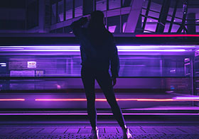 霓虹灯前的炫酷女孩
