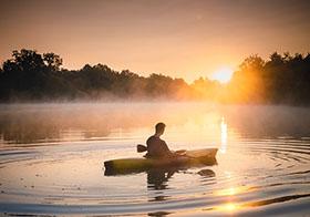日落时分在皮艇上的人
