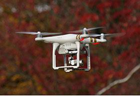 飞行中的白色无人机