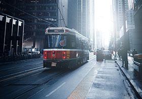 行駛在城市建筑中的有軌電車