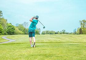 蓝天下打高尔夫球的男士背影高清图