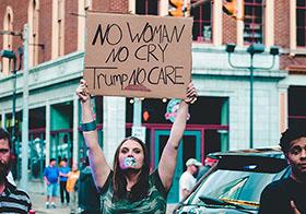 高举纸板抗议牌的女孩