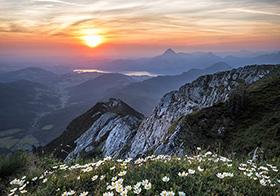 清晨日出山顶的高清壁纸