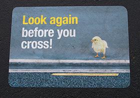 提醒过马路注意安全的海报