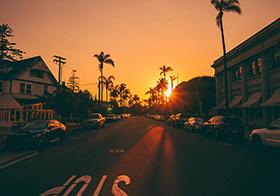 黄昏时刻的街道