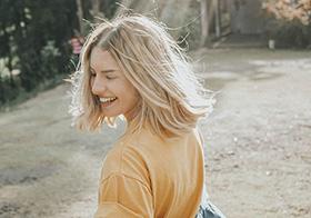 阳光下的金发女孩