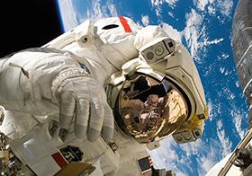 宇航员遨游太空的高清图