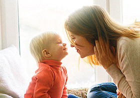 妈妈和孩子对视高清图