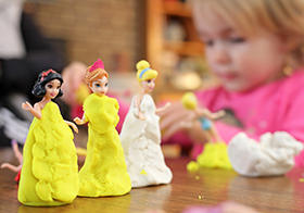 兒童手工橡皮泥制作卡通公主裙高清圖