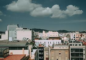 白云下的建筑群鸟瞰图