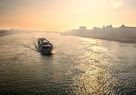 行驶在江面的轮船高清图