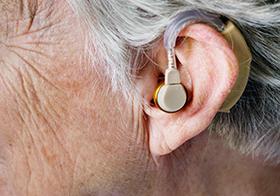 配戴著助聽器的老人