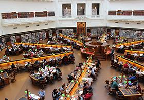 正在图书馆学习的人群