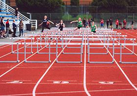 运动会女子跨栏比赛高清图
