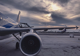 飛機場飛機機翼高清圖