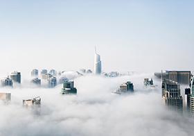 云霧中的高樓大廈高清圖