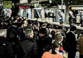 火车站候车的人群高清图
