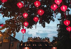 新年庙会大红灯笼高高挂高清图