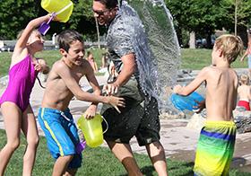 玩泼水游戏的一家人高清图