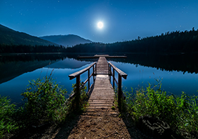 皎潔月光寂靜湖面封面高清圖