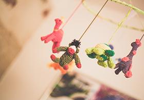 毛线编织的卡通动物玩偶