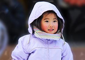冻红脸蛋的可爱小女孩