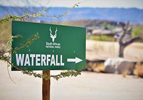 前往瀑布指示牌横幅