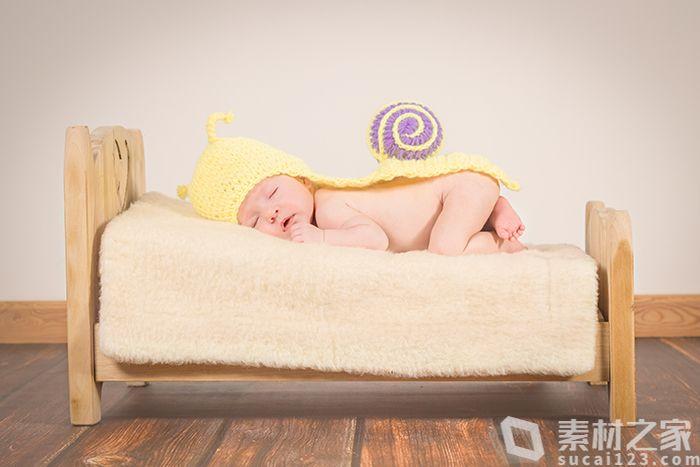 趴著睡覺的可愛萌娃