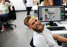 开怀大笑的IT男士高清图