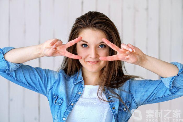 青春活泼的蓝眼睛女孩高清图