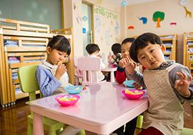 正在吃水果的幼儿园小朋友