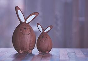 兩只可愛的棕色兔子雕像