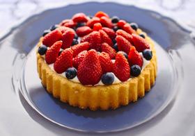 蓝莓草莓生日蛋糕高清图