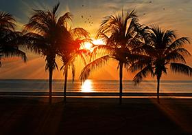 夕阳下的海岛沙滩高清图
