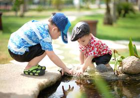 两个在水边玩耍的小男孩