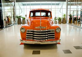 橘色時尚復古汽車高清圖