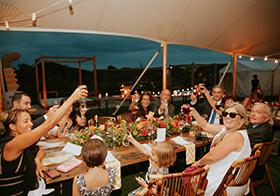 家庭聚餐举杯共饮高清图