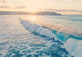 翻滾的碧藍海水背景高清圖
