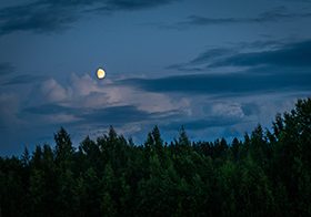 夜晚的天空與月亮背景高清圖