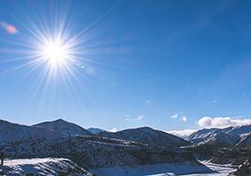艷陽高照的藍天背景高清圖