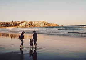 一家人海邊散步溫馨的場景