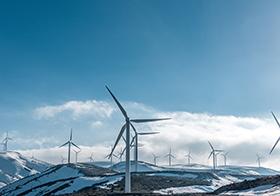雪山上风力发电高清图