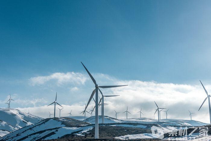 雪山上風力發電高清圖