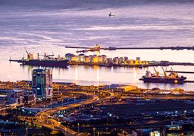 夜幕中的沿海城市建筑高清圖