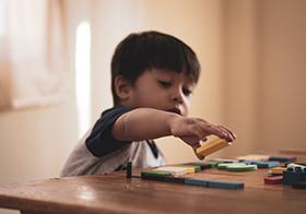 快乐玩积木的小男孩高清图