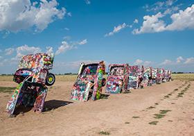 插在土地里的涂鴉汽車創意高清圖