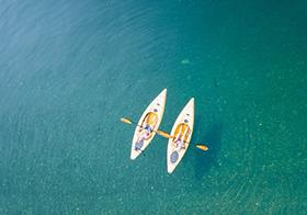 海上劃橡皮艇運動高清圖