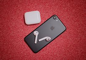智能手机与无线耳机高清图