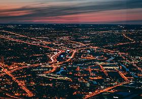 霓虹城市夜景航拍图
