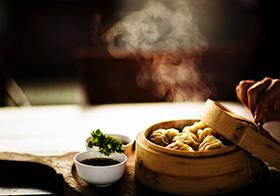 热气腾腾的蒸饺高清图